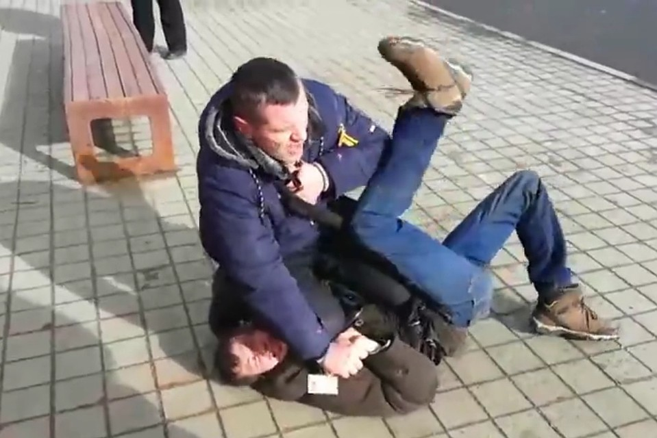 Minsk bus ticket controller fights with a fare dodger who tried to escape